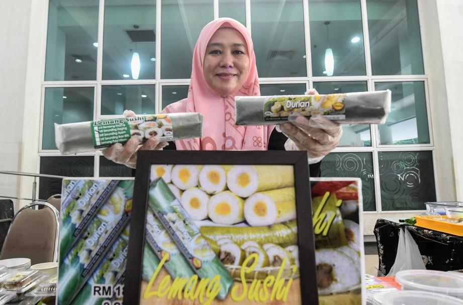 Zuriati mempamerkan produk Lemang Sushi berintikan durian pada Pelancaran Program Pasar Peladang di Menara Lembaga Pertubuhan Peladang (LPP) hari ini. FOTO Bernama.