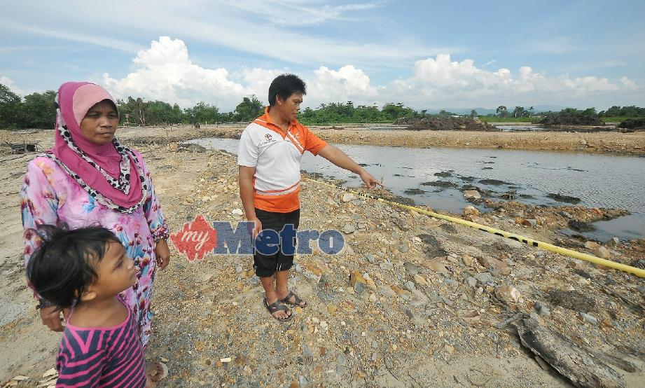 SYAWAL dan Noraini meninjau lokasi kejadian yang meragut nyawa dua anaknya. FOTO Mohd Adam Arinin