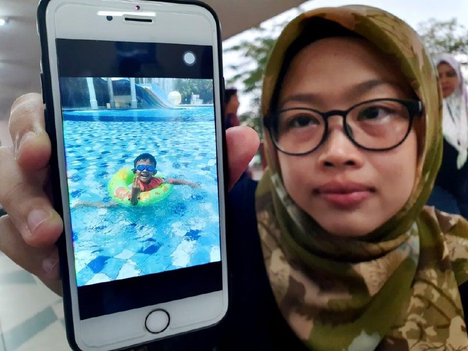 NORSHAZELA menunjukkan gambar arwah anaknya yang lemas di taman tema air. FOTO Khairunisah Lokman.