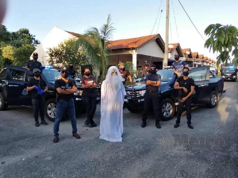ANGGOTA polis IPD Kemaman bergambar bersama Urabil. FOTO  Ihsan Muhammad Urabil Alias