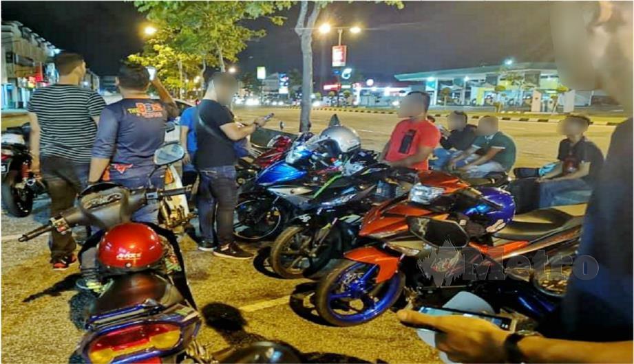 Antara yang diperiksa dalam Op Samseng Jalanan di Alor Setar malam tadi. FOTO ihsan polis