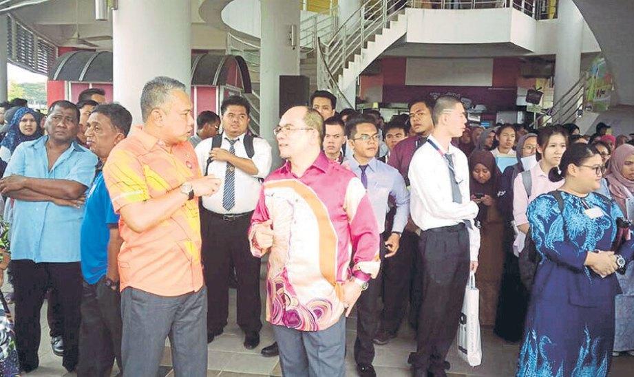 MD Amin (tengah) bermesra dengan keluarga graduan.
