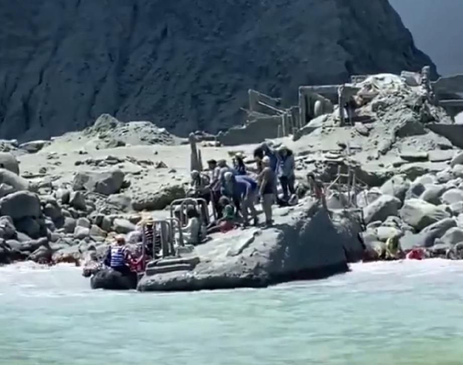 KIRA-KIRA 50 orang termasuk pelancong asing berada di White Island ketika itu. FOTO: Agensi