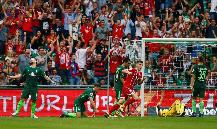 LEWANDOWSKI (tengah) meraikan gol keduanya untuk  Bayern. -Reuters