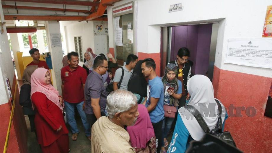 Penduduk menggunakan lif di Blok C, PPR Kerinchi, Kuala Lumpur. FOTO Zulfadhli Zulkifli