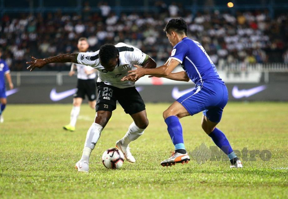 PEMAIN Terengganu FC, TcheTche Kipre (kiri) diasak oleh pemain Felda United FC dalam Liga Super Malaysia 2019 di Stadium Sultan Ismail Nasiruddin Shah. FOTO Rozainah Zakaria