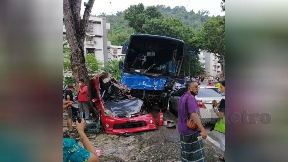 KEADAAN kenderaan yang parkir di bahu jalan berhampiran Jalan Paya Terubong yang remuk dirempuh bas kilang. FOTO ihsan pembaca