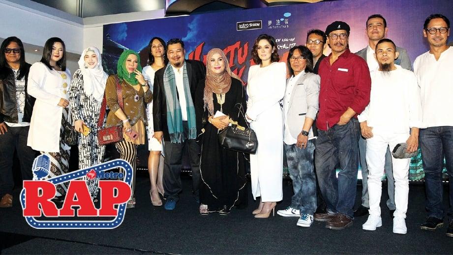 MAMAT (enam dari kiri) bersama barisan pelakon. FOTO Mahzir Mat Isa