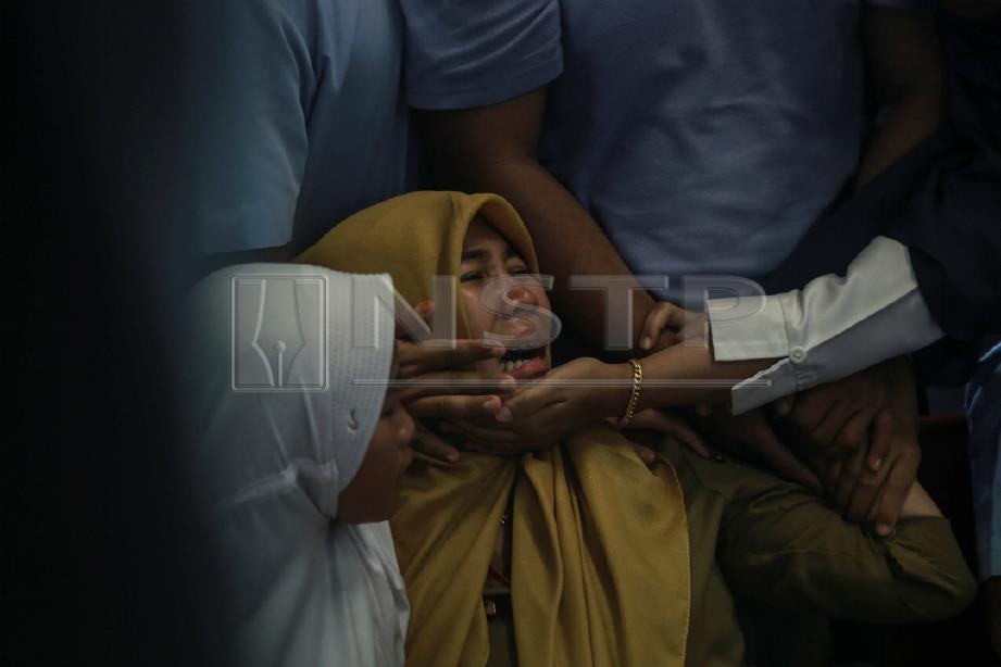 WARIS tidak dapat menahan kesedihan di Lapangan Terbang Depati Amir, Pangkal Pinang, Belitung. FOTO ANTARA FOTO via Reuters
