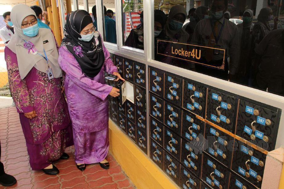 PENGARAH Kesihatan negeri Kelantan, Datuk Dr Zaini Hussin (kiri) melawat pameran sempena sambutan Hari Farmasi Dunia peringkat HRPZ II 2020, di lobi Kompleks Rawatan Harian. FOTO NIK ABDULLAH NIK OMAR