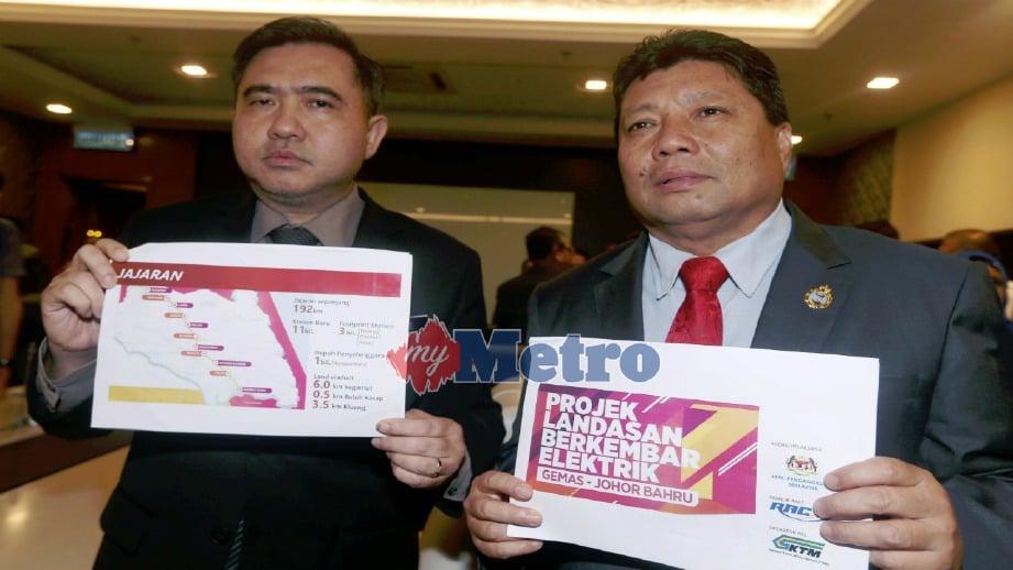 ANTHONY Loke (kiri) dan Mazlan menunjukkan pelan laluan Projek Landasan Berkembar ETS Gemas-Johor Bahru ketika sidang media di Bangunan Dato' Jaafar Muhammad, Iskandar Puteri, hari ini. FOTO Hairul Anuar Rahim