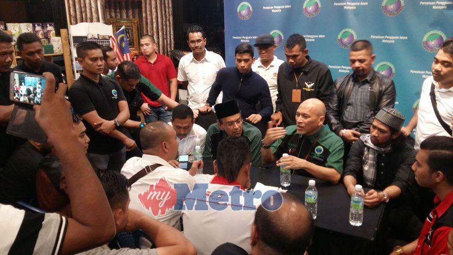 Pengurusan PPIM berbincang dengan wakil trak tunda yang datang ke pejabat PPIM. FOTO Mohd Azam Shah Yaacob