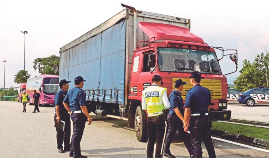 ANGGOTA penguat kuasa SPAD dan polis menjalankan Op Serkap.