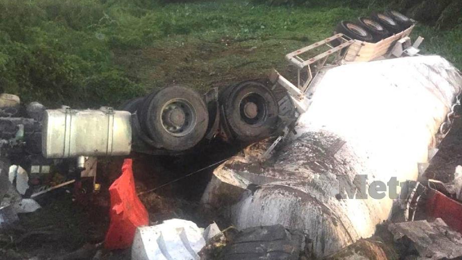 Keadaan lori muatan simen yang terbabas dan terjunam ke gaung. FOTO Ihsan PDRM