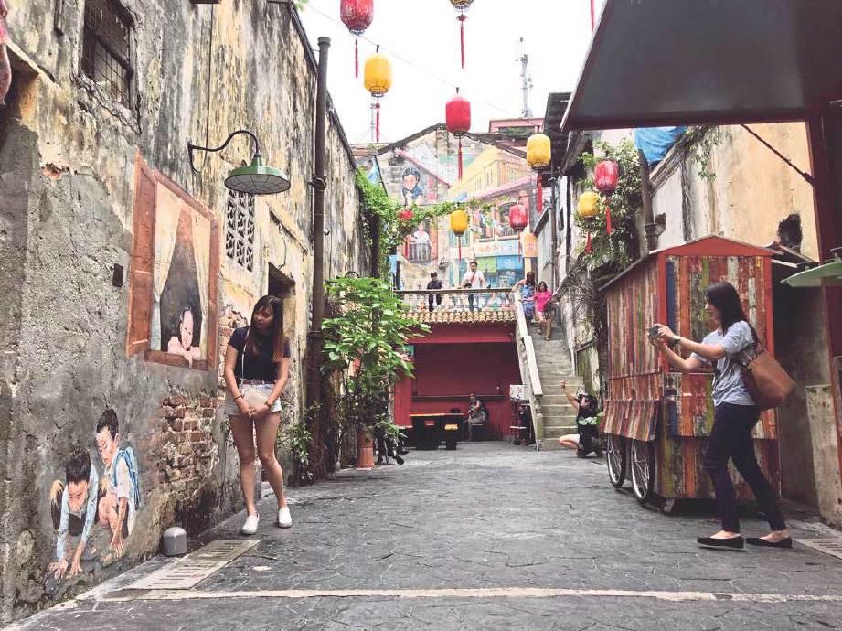 PENGUNJUNG merakam gambar kenangan lukisan mural unik. FOTO NSTP