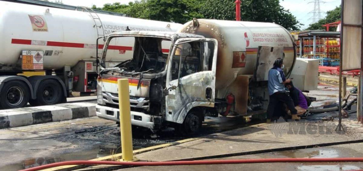 LORI yang membawa LPG terbakar di sebuah kilang di Perai. FOTO ihsan bomba