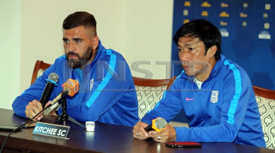 LUCAS (kiri) dan jurulatihnya Alex ketika sidang media di Ipoh, hari ini. - FOTO L Manimaran