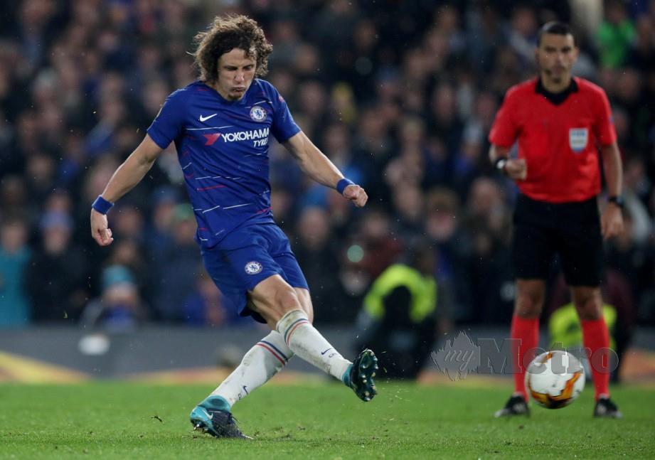 LUIZ menyempurnakan sepakan penalti ketika menentang Eintracht Frankfurt di Stamford Bridge, awal pagi semalam. — FOTO Reuters