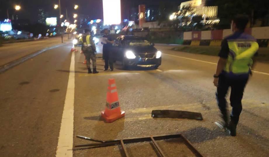 KERETA dipandu seorang lelaki di bawah pengaruh alkohol melanggar sekatan jalan raya Op Covid-19 di Kilometer 0.3, Lebuhraya Sprint menghala Plaza Tol Damansara, Petaling Jaya. FOTO Ihsan PDRM