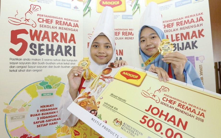 JUARA Pertandingan Memasak Chef Remaja Sekolah Menengah 2018 peringkat Wilayah Persekutuan Putrajaya Nur Fatini (kiri) dan Nur Afiqah selepas majlis penyampaian hadiah.