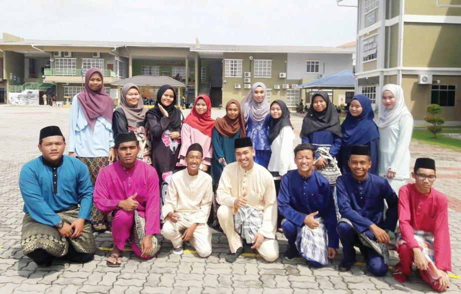 BERSAMA pelajar menyambut Bulan Kemerdekaan peringkat sekolah.