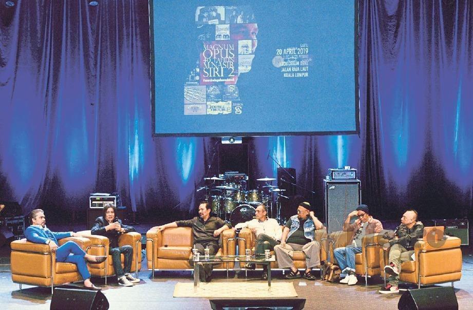 BARISAN panel terdiri daripada (dari kiri) Awie, Nasir, M Nasir, Aziz Bakar, Bob, Nasir Jani dan moderator, Rostam. FOTO Khairul Azhar Ahmad