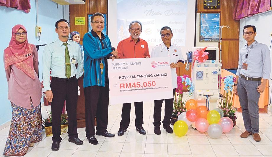 SYED Norulzaman (empat dari kiri) menyerahkan sumbangan mesin dialisis kepada Dr Mohd Zamri (tiga dari kiri).