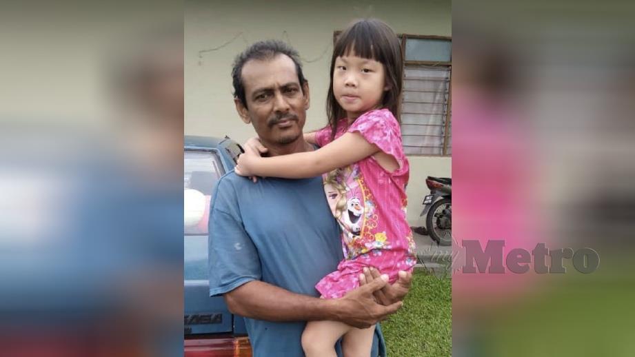 MAHMUD bersama anaknya, Mahnas Hibatullah Syazana berusia empat tahun tidak sabar menunggu kepulangan Habibuneesa ke Malaysia. FOTO Rosman Shamsudin