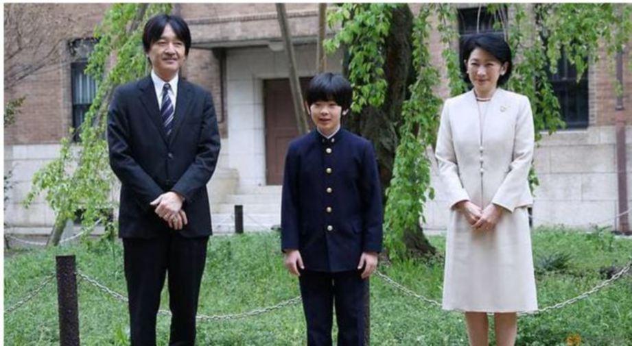 Putera Jepun, Hisahito bersaa ibu bapanya. FOTO Reuters.
