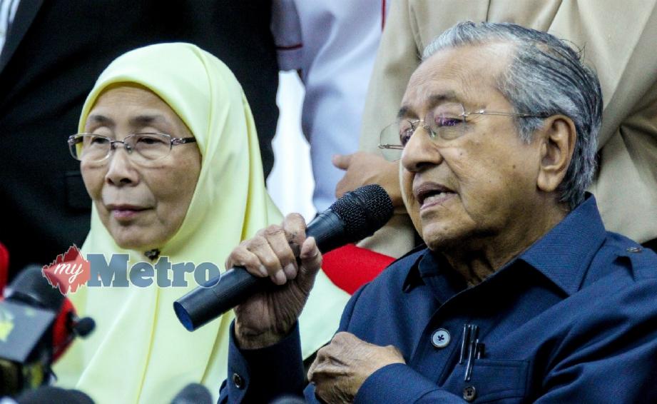 DR Mahathir bersama Wan Azizah pada sidang media selepas Majlis Presiden Pakatan Harapan di Menara Yayasan Selangor, Petaling Jaya, hari ini. FOTO Asyraf Hamzah.