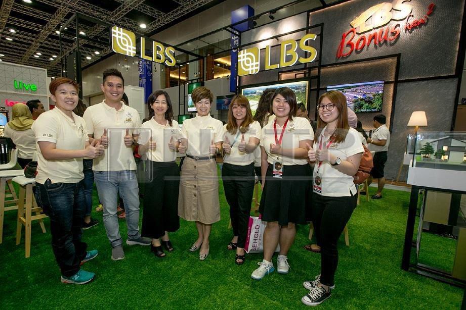 PENGARAH Eksekutif Kumpulan LBS, Dato' Cynthia Lim (kiri keempat) mengambil gambar dengan kakitangan LBS di kempen HOC 2019.