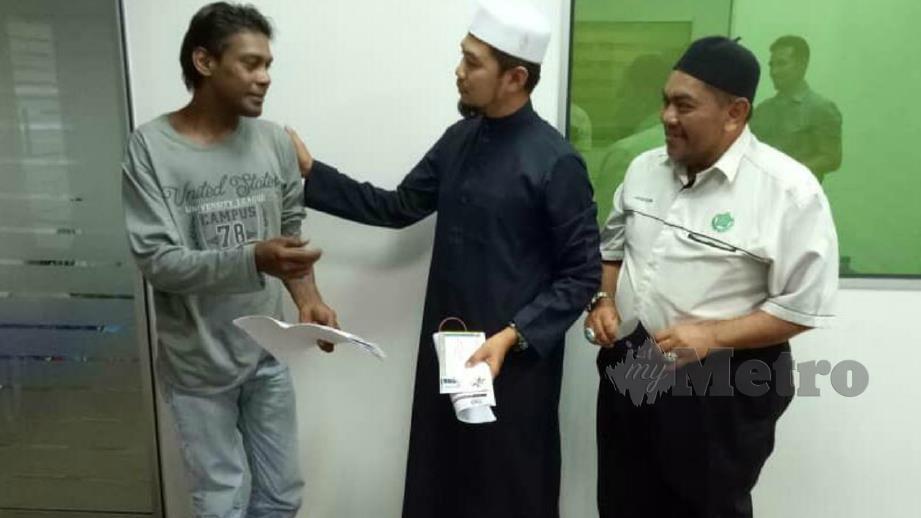 Mohd Nazim (tengah) menyampaikan bantuan kepada Mohd Firdaus semalam. FOTO Ihsan MAIPs