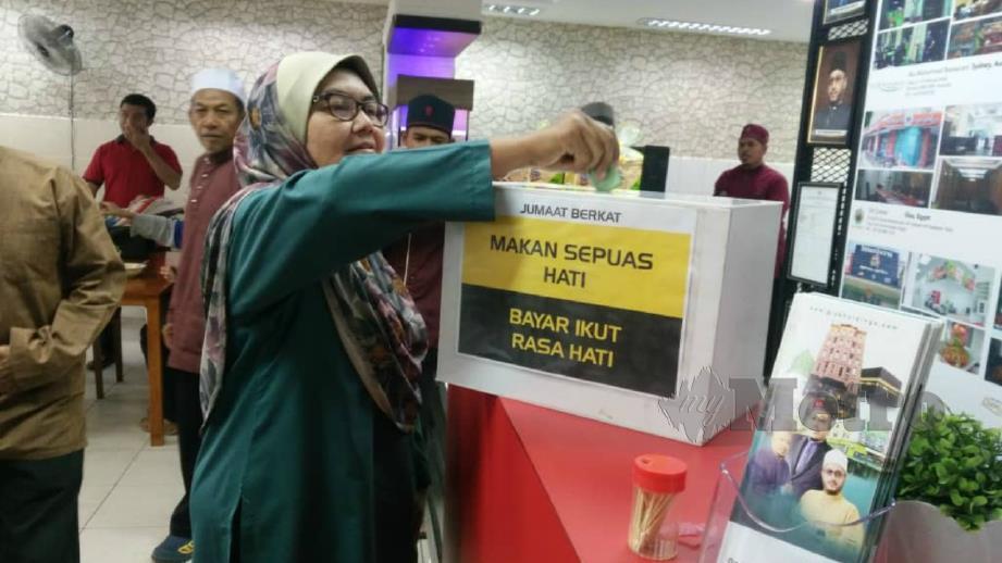 Pelanggan memasukkan duit seikhlas hati ke dalam kotak selepas menikmati makanan di Restoran Ikhwan di Bandar Darulaman, Kubang Pasu hari ini. FFoto Noorazura Abdul Rahman