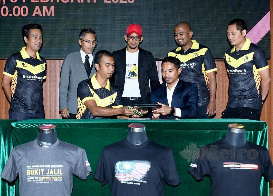 SAFIQ Rahim (duduk kanan) bertukar MoU bersama wakil Tahan Sport Mohd Fuad Rahim (duduk kiri) di Brainy Bunch hari ini. FOTO BERNAMA