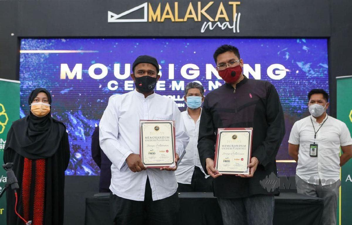 MOHD Fadzil (dua dari kiri) dan Mohd Fadhli (dua dari kanan) pada Majlis Menandatangani Memorandum Persefahaman Kolaborasi Strategik di Malakat Mall Cyberjaya. FOTO LUQMAN HAKIM ZUBIR