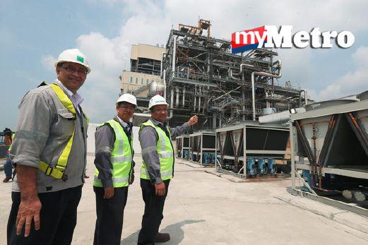 Ketua Pengeluaran, Kaswadi Abdul Halim (kiri) bersama Pengurus Tanjung Bin Power Plant, Mohd Sallehuddin Abu Bakar (dua dari kiri) menunjukkan Loji Janakuasa Tanjung Bin Energy (TBE) yang beroperasi di Kompleks Janakuasa Tanjung Bin, Pontian. FOTO Hairul Anuar Rahim