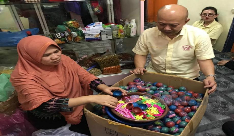 Chua Sui Hau (kanan) melihat kerja sampingan yang dilakukan Malikah selepas mengambil alih tugas ketua keluarga. FOTO Ihsan One Hope Charity and Welfare.