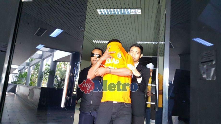 Suspek direman di Mahkamah Ayer Keroh, Melaka. FOTO Mohd Hilmie Hussin