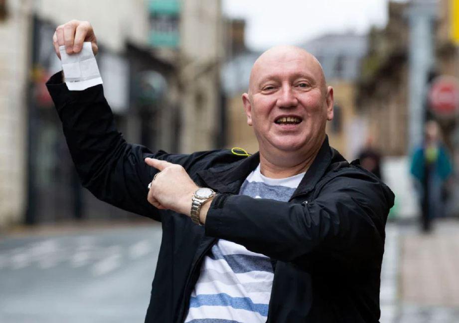 WARD menunjukkan kertas pertaruhannya ke atas Liverpool. FOTO Agensi