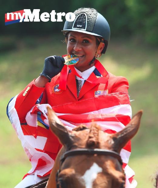 R Sharmini menunjukkan pingat emasnya melalui jumping individu equestrian. - Foto HAIRUL ANUAR RAHIM