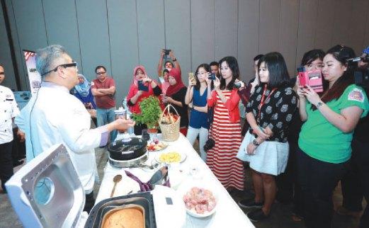 CEF Ismail kendalikan program Chef Mail Masak Bersama Pensonic dengan selebriti tempatan.