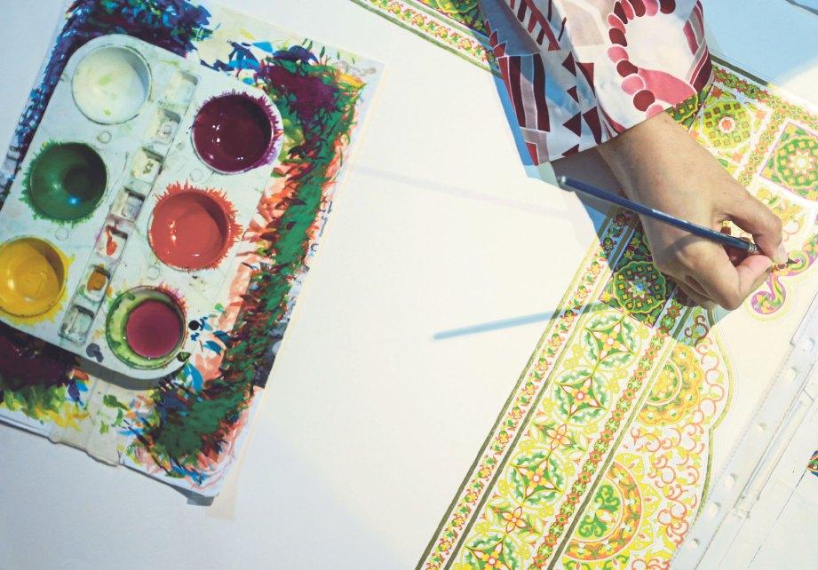 SETIAP warna pada hiasan mempunyai maksud tersendiri. FOTO Sairien Nafis