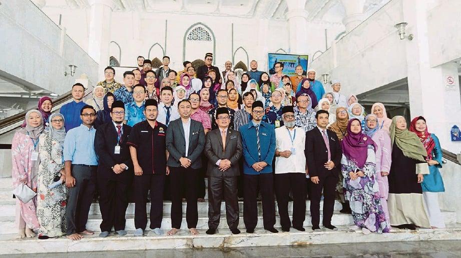 BERSAMA wakil agensi pelancongan, kedutaan dan sukarelawan. FOTO Rohanis Shukri