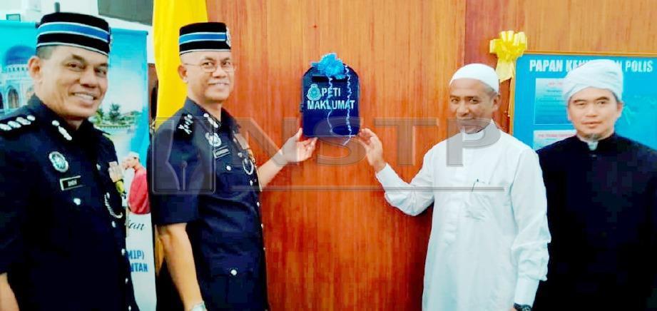 HASANUDDIN (dua kiri) bersama Nik Azlan (dua kanan) memasang peti surat polis sebagai gimik perasmian Program Satu Masjid Satu Polis Peringkat Kontinjen Kelantan 2019 di  Masjid Al-Sultan Ismail Petra, Kubang Kerian. FOTO Nik Abdullah Nik Omar