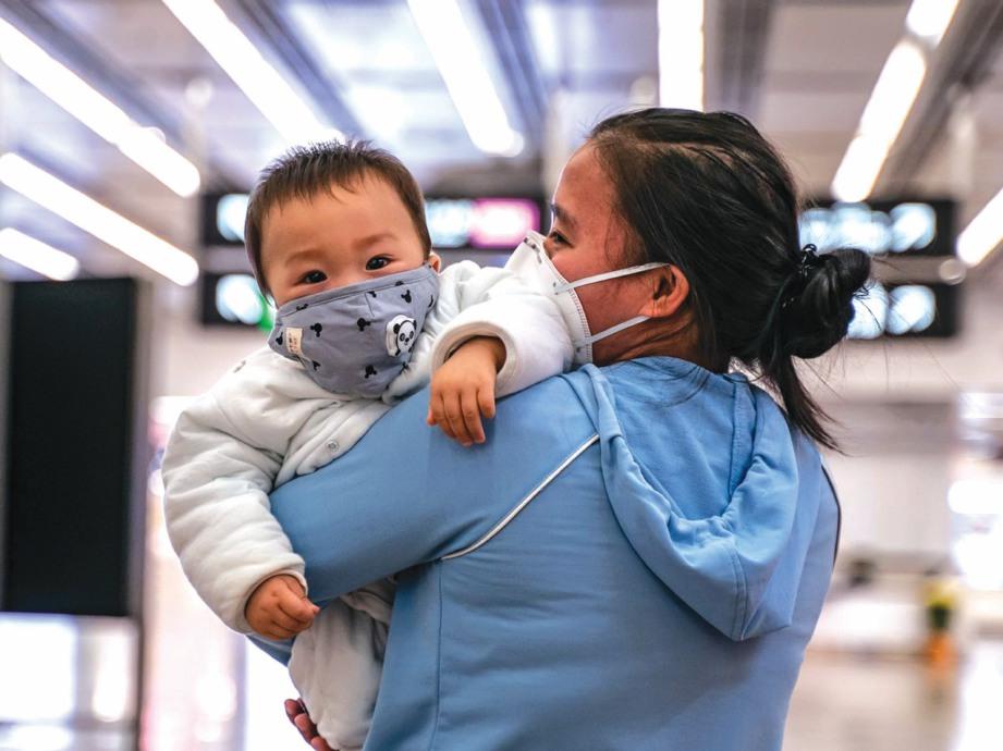 NAMPAK comel tetapi pemakaian pelitup muka boleh membahayakan bayi.