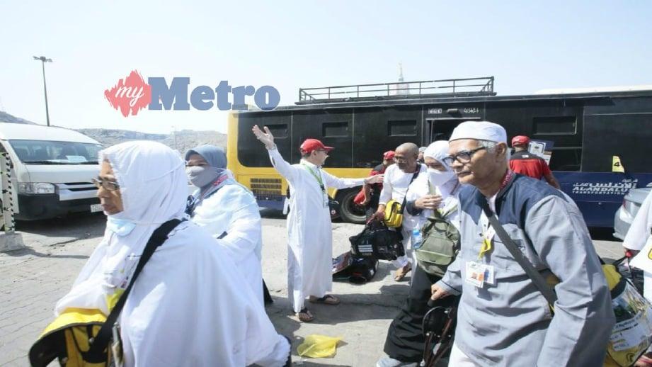 KETUA Rombongan Haji (KRH) Malaysia Datuk Seri Syed Saleh Syed Abdul Rahman (bertopi merah) menyambut ketibaan jemaah haji dari Mina di Maktab 75 Abraj Al-Janadriyah.