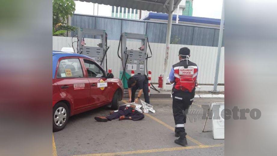 ANGGOTA polis memeriksa mayat mangsa. FOTO ihsan pembaca