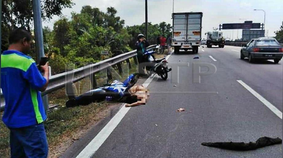 WANITA mati digilis lori selepas motosikal ditunggang terbabit kemalangan di Kilometer 144.6 di lebuh raya PLUS arah selatan di Bukit Mertajam, hari ini. FOTO Ihsan Pembaca