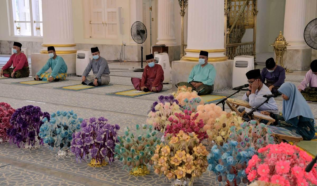 HASNI (tiga, kiri) bersama Tosrin Jarvanthi (empat, kiri) mendengar bacaan al-Quran yang disampaikan oleh qari Ahmad Hazim (dua, kanan) dan qariah Khairunnafizah Imani pada Majlis Sambutan Maulidur Rasul Peringkat Negeri Johor Tahun 1442H/2020M di Masjid Sultan Abu Bakar. FOTO BERNAMA