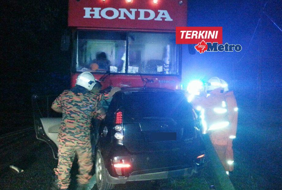 Bomba mengeluarkan mayat mangsa dari dalam kereta  Perodua MyVi. - Foto Ihsan BOMBA